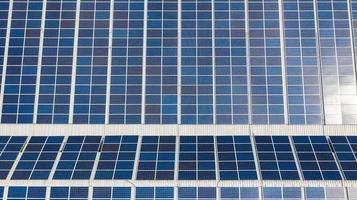 vista aérea superior das células solares no telhado foto