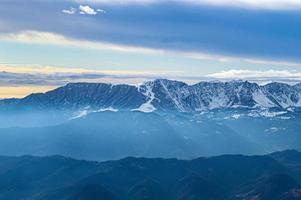 montanhas e nuvens azuis foto