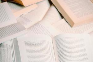 close-up de um monte de livros de fundo foto