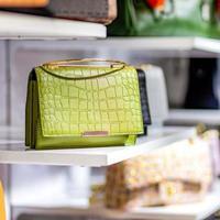 bolsas em loja de moda de luxo foto