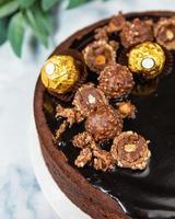 lindo bolo de chocolate no fundo branco, close-up foto