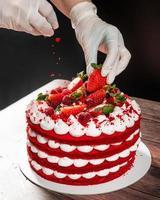 saboroso bolo de chocolate de morango vermelho, servindo ingredientes foto