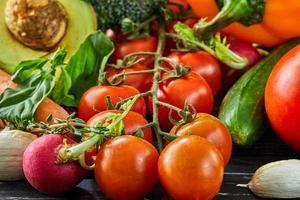 o conceito de alimentação saudável de frutas e vegetais frescos foto