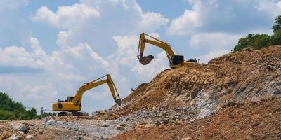 escavadeira trabalhando ao ar livre sob céu azul foto