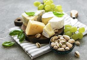 vários tipos de queijos e salgadinhos foto
