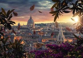 telhados da cidade de roma ao pôr do sol foto