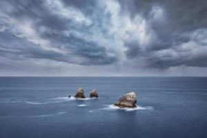 tempo nublado no mar foto