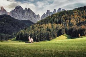 o cenário das dolomitas com os são joões na capela de ranui em santa maddalena itália foto