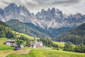 vila de santa maddalena com belas montanhas dolomitas ao fundo vale val di funes itália foto