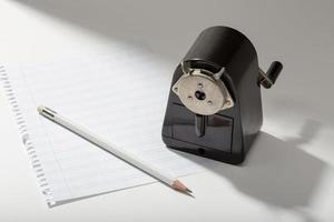 folha em branco de lápis e apontador vintage na escrita da mesa ou conceito do escritor foto