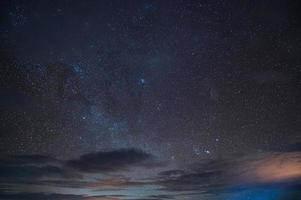 estrelado brilhando no céu noturno foto