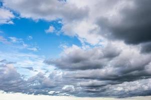 nuvens de tempestade soprando no céu azul foto
