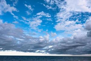 nublado no céu azul sobre o mar foto
