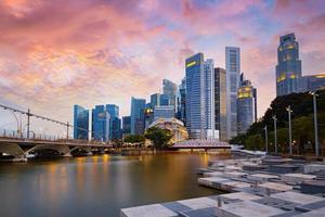horizonte do distrito financeiro de Singapura durante show de laser à noite foto