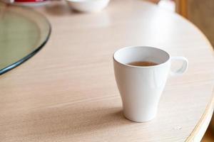 xícara de chá quente na mesa de um restaurante foto