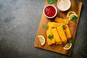 palitos de peixe frito ou batatas fritas de peixe com molho foto