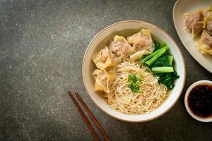 macarrão de ovo com sopa de wonton de porco ou sopa de bolinhos de porco e vegetais - comida asiática foto