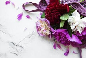 flores de peônia rosa em bolsa de barbante foto