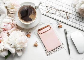 mesa de escritório com vista de cima plana com flores foto