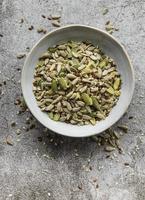 misture sementes diferentes para uma salada saudável foto