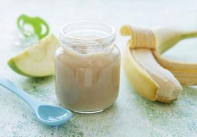 pote de purê de banana, maçãs e banana foto