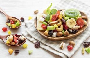 taças com várias frutas secas e nozes foto