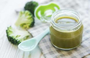 purê de brócolis verde orgânico de comida para bebê com ingredientes foto