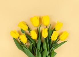 buquê de tulipas amarelas em fundo bege foto