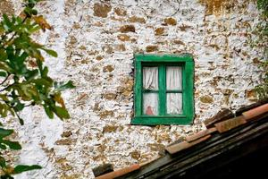 janela na velha casa abandonada foto