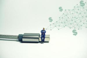 figura de empresário sentada no conceito de e-commerce de cabo usb usb foto