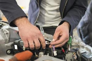 eletricista de carro conserta testador de carro e fusíveis e pinças foto