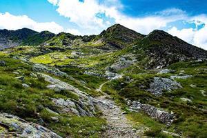 caminho através das montanhas foto