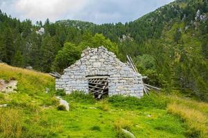 estrutura de pedra abandonada foto