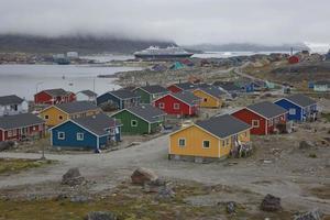 arquitetura e casas coloridas na pequena cidade de nanortalik, na Groenlândia foto