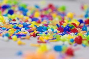 brinquedos de plástico coloridos e jogo de tabuleiro de fixação foto
