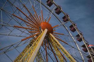 roda gigante em um parque noturno entretenimento no parque foto