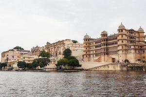 palácio da cidade de udaipur, vista do lago em rajasthan, índia foto