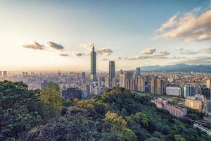 cidade de taipei vista da colina ao pôr do sol em taiwan foto