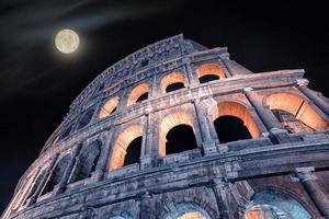 monumento do coliseu em roma à noite foto