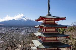 lugar famoso do Japão com o pagode chureito e o monte fuji foto