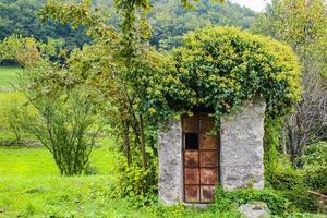 casinha velha no campo foto
