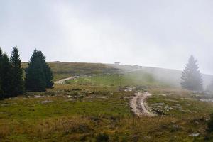 estrada de terra pelo campo foto