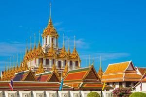 wat ratchanatdaram loha prasat templo em bangkok, na tailândia foto