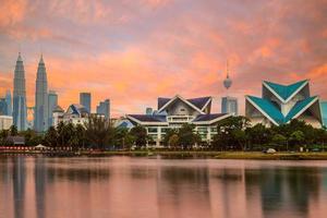 horizonte de Kuala Lumpur à beira do lago ao entardecer foto