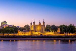 torre de londres à noite no reino unido foto