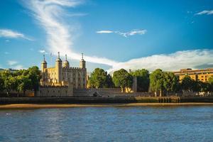 torre de londres pelo rio thames em londres, inglaterra, reino unido foto