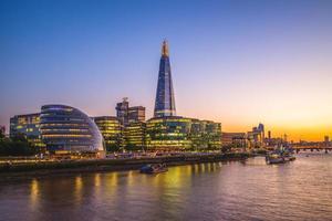 visão noturna de Londres pelo rio Tamisa foto