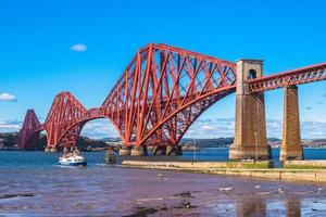 Forward Bridge Through Firth of Forward em Edimburgo, Escócia foto