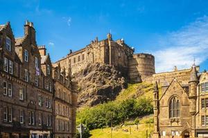 cena de rua de edimburgo com castelo, escócia, reino unido foto