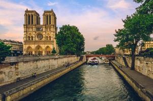 catedral de notre dame de paris e rio seine em paris, frança foto